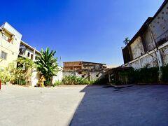 【その辺で、昼飯でも...】  そのお店の隣りの敷地は、このように巨大な広場(恐らく以前、大きな家が建っていたのか?)......更地が、どぉぉぉ~~ん!