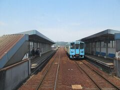 弥生駅で対向列車と行き違い。