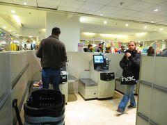 モンパルナス駅近くのスーパー モノプリ ちょっと買い物。 セルフレジ 初めてやってみた!!! ごまかししないか、係の人が見てるよ!!!