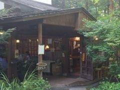 そして鬼押出し園から車で20分くらい山道を下り、中軽井沢駅ちかくのジョンレノンの聖地「喫茶 離山房」です。