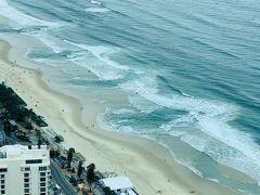 トラムに乗り、Surfers Paradiseで下車。Q1 Skypointの入場料は$27! お高いですが、そのViewは圧巻で・・・1時間近く写真撮って滞在していました。 無料Wifiが展望台で使えるのは便利です  海だよー!波だよー!