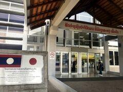 ワッタイ国際空港到着。 日本政府の支援で国際線ターミナルの拡張や国内線ターミナルが新設されたとか。 できたばかりだからとってもきれい。 日本企業が運営しているらしいので、近いうちに日本⇔ビエンチャン間の直行便を願う!