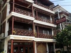 ◆◆ホテル到着 ビエンチャン観光へ◆◆ アヴィラ・パスーク ホテル(Avilla Pathouk Hotel)に到着。 周りにはたくさんのカフェやレストラン、ショップがあります。古いホテルで簡素でしたが、趣があり。 受付のお兄さんはシャイで親切。早く到着しましたが、チェックインさせてくれました。 そしてここで現地の言葉「ありがとう=コプチョーイ」を教えてもらい、後々とても助かることに