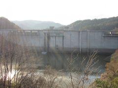 こちらは人道橋吊り橋から望んだ「小里川ダム」  道の駅からダム管理所を経てダム堤体と一体的に散策出来るようになっています 陽が大分傾いてきてなにやら厳かな雰囲気
