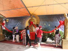 嗇色園黄大仙廟 月老及佳偶天成神像  願いを込めて結びます。
