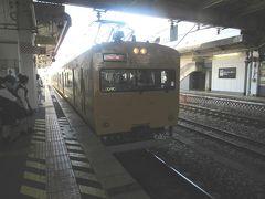 やってきたJR伯備線新見行きはたったの2両編成。 一見通勤線区で走っていた103系電車のような外観でしたが、115系という電車の中間車を先頭車化改造した車両でした。