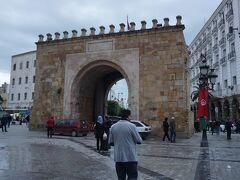 メディナのメインストリートのジャンマー・エズ・ジトゥナ通りを抜けるとビクトワール広場に出る。この広場にはメディナのメインゲートであるバーブ・ブハル(フランス門)がある。