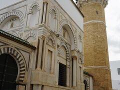オスマン帝国のユセフ王の時代の1616年に造られたシディ・ユセフ・モスク。トルコスタイルのモスクとしてはチュニスで最古のもの。八角形のミナレットが美しい。