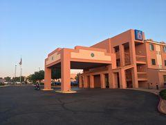 19:30 モーテル6到着!アメリカ国旗が揺れてます。  翌朝は2:00起床、グランドキャニオンの日の出を見ます!