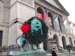 シカゴ美術館のライオンもリースかぶっています。