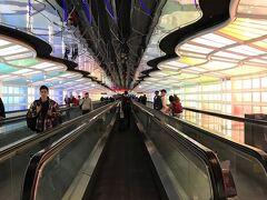 オヘア空港到着 カウンターでは搭乗券がでなかったのですが、 多分大丈夫だと思うのでゲートへ行って発券してもらってください と、スタンバイチケットで保安検査を通りました。 ビジネス無理でもエコノミーで、どうにか帰りたいところです。  保安検査はこんでいました。 ターミナルによって全然違いますね~ いつもJAL、アメリカンで使っていたターミナル3よりも綺麗。  保安検査を抜けて、サテライトまで 近未来的な通路を通ります。