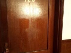 朝食の後ジョン・レノンが泊まった128号室に寄りました。前日寄ったのですが宿泊客がいたので諦めましたが、どうやらチェックアウトしたみたいです。