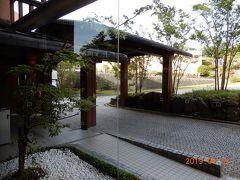 赤沢温泉ホテルのロビーから外を見る