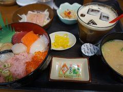 ●京都大漁丼家  ランチセットにしました。 丼は、京都丼を選びました。 マグロ、サーモン、ネギトロ、青魚、イクラ、イカ、煮ホタテ、生ホタテが乗っています。 僕が食べている後ろで、ずっと子供ちゃんが、ミニカーで遊んでいました。何だか、親戚の家でご飯を食べているような状態でした。 内容、共々、生き残るにはちょっと難しいような気がしました。