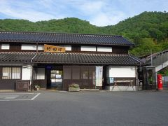 駅の向こうの山の上が竹田城です。