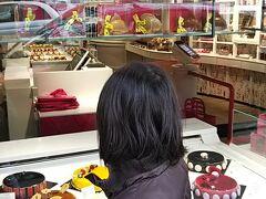 「おいしそう!」 クロワルース(Croix-rousse)にあるセバスチャンブイエ本店です。 以前住んでいたころは、この店舗しかなかったのですが、今は東京にもあるし、リヨンにいくつも店舗が増えました。 とても色合いやデザインが美しいケーキ屋さんです。