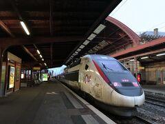 ドイツ・シュツットガルトで毎年GW前後あたりで開かれる工業見本市「コントロールショー」へ今年も行ってきました。ついでに自分の好きなところへ、もちろん自腹ですが、見聞を広めるための研修旅行として今回はフランス・ストラスブールへ行ってみました。  ストラスブールへはシュツットガルト中央駅からTGVで1時間半ほどで着きます。ただし乗り換え無しの直行便の場合で、乗り継ぎが必要な時間帯では下手すると4時間以上かかってしまいます。  写真のストラスブール駅、よくあるヨーロッパ的な作りですが屋根の繊細な飾りがちょっとフランスっぽい?それにしても汚い車体...