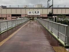 5:37 近鉄八尾駅  雨です(´;ω;`)   5:46発の準急に乗ります。  5:57に大阪上本町に到着予定です。
