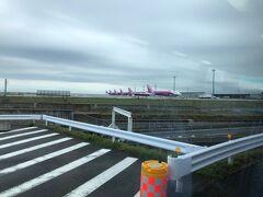 7:02 関空第二ターミナル付近  ピーチアビエーションの気体が見えてきました。  7:10到着予定です。