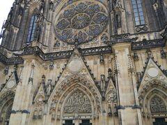 「聖ヴィート大聖堂」 塀が近すぎて、ファサードの全貌が撮れません!💦