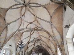 旧皇宮の中の、ヴラジスラフ・ホール。 ヴォールト天井を支える花模様のリブ(肋骨のような構造体)が美しい!