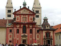 「聖イジー教会」 後ろの塔の右が太くてアダム、左が細くてイヴだそうです。