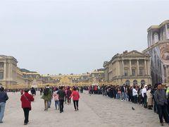 今日はベルトラで申し込んだオプショナルツアー (優先入場付き)ヴェルサイユ宮殿とルーブル美術館見学の日です。 昨夜、なぜわざわざモンサンミッシェルからパリ市内へ立ち寄ったたというと、 今日朝、電車ではなく、車でパリ市内に来ようと思ったのです。 あまり時間がないのに、駐車場を探して右往左往はしたくないということで 駐車場の場所の確認に来ました。 すると、マイバス社の真ん前に駐車場がありました。 1日約40ユーロ―位でした。 高いか安いか・・・まあ、シェシーから4人で電車でくると考えると安い位かもしれませんね。  8時50分にマイバス社を出発して、ガイドのイノウエさんに連れられバスでベルサイユ宮殿へ もうすでにかなりの人が並んでいます。