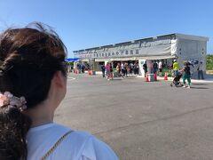 15:04 万座毛  琉球村から万座毛まで13.6km約20分。  帰りにお土産物屋さんでTシャツ買いました。