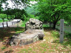 駅を出て、温泉街の方へ向かいますが、人だけでなく、車ともすれ違いません。。途中には亀若丸の名前を付けるとき、弁慶が硯として墨をすったと伝わる岩がありました。