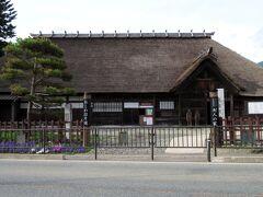 駅から300mほど歩くと封人の家という茅葺き屋根の屋敷が建っています。封人の家とは、国境(ここでは仙台と新庄)を守る役人の家をいい、この屋敷は当時の堺田村の庄屋であった有路家の住宅であったとされています。