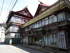 温泉街には代表する旅館・喜至楼があり、その創業は江戸の安政年間で、もともとは宇和島藩の家臣だった先祖がこの地に移り住み、宿を始めたそうです。日帰り入浴ができる本館の玄関は、明治元年に建てられたものであり、旅館建築としては、山形県で最古の建物といわれています。