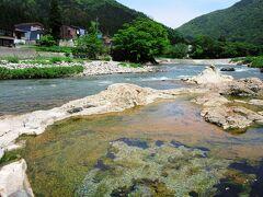 川原へ出ると、弁慶が産湯を探していたときに、川辺に湯煙を見つけて、なぎなたで岩を砕いたところ温泉が湧き出したと伝わる薬研湯があります。