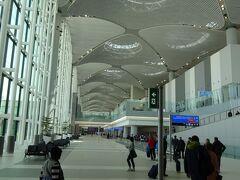 でででっかい! イスタンブール新空港に到着です。ドバイについで世界第二位の巨大さですって!  開港セレモニーは昨秋だったそうですが、これまでメインで使われていたケマルアタチュルク空港が完全にクローズされ、この新空港が本格的に稼働し始めたのはこの4月7日だとのこと。     一番乗りじゃ~~  (@^^)/~~~