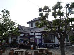 関越自動車道を渋川伊香保ICから出て、道の駅「こもち」で運転手交替も兼ねて休憩。 白井城を模したという白壁の建物が特徴的です。