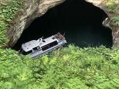 夫が天窓洞の上から、私達の乗った船を撮影しました!