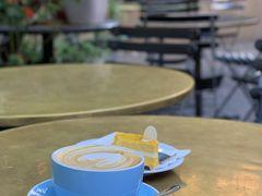 サーキュラーキーでコーヒーが飲みたくなり・・・ La Renaissance Patisserie and Cafeでフラットホワイトとケーキをいただきます。 ここのケーキは唯一シドニーで美味しいと思うケーキ。 昔から日本人に人気です  カフェでまったりしていると、時間がたち・・・