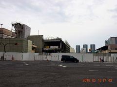 かっての正門前交差点から見た鋼矢板に囲まれた築地市場。  敷地内には164棟の建物があったらしいが解体が進んでいる。 跡地には、新たな都道環状2号線も通るらしい。