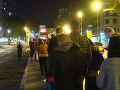 この日はバルセロナからグラナダまで飛行機で移動です。 朝の5時始発の空港バスに乗るためカタルーニャ広場へ向かいます。 着いてみるとすごい行列です。 ただ、バスは次々に来るので、乗れないことはないと思います。
