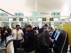 30分ほどでバルセロナ・エル・プラット国際空港に到着です。 グラナダ空港まではLCCのブエリング(Vueling)航空を利用しました。 チェックインカウンターに行ってみると、自動チェックイン機が並びセルフチェックとなっていました。 ここでEチケットのQRコードをスキャンすると、搭乗チケットと預け荷物用のシールが発券されます。