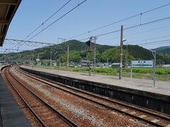 府屋駅を出てしばらく走ると、越後と出羽の国境を越える。 そして、最初の目的地である鼠ケ関駅には、11:56に到着した。 臨時快速の他は普通列車しか停まらない駅だが、ホームはかなり長い。 これも、鉄道華やかなりし頃の面影だな。