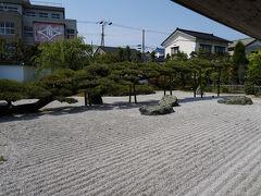 ふと時刻を確認すると、思いのほか時が過ぎていた。 バスの時間があるので、駅前へと戻ることにする。 ところが、駅へ戻る道が地図を見てもよくわからず、時間が経つばかり。 駅近くの念珠の松庭園を見つけた時には、ホッとした。 念珠の松は、今は廃業している村上旅館の庭にあった黒松で、推定樹齢は400年だそうだ。 一本の枝が龍のように這い、まさに臥竜のごとき姿だった。