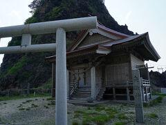 その大きな岩は、暮坪の立岩。 その足元には、矢除神社と呼ばれる社が建っていた。 由緒書きなどは無かったが、ヤマト王権の蝦夷征伐と関係があるようだ。 かの菅江真澄は、温海宿を通り、この立岩や塩俵石を眺めながら歩いたことを『秋田のかりね』に書いている。