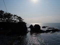 旧道を離れ、海側に出る。 そこには、不動岩と言う大きな岩があり、不動尊が祀られている。 岩の上は公園のようになっていて、そこからの眺望もなかなかだった。