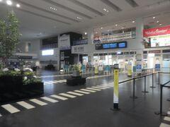 ・・・ポンと飛んで、神戸空港です。 手荷物の受け取りで30分位待ちました。 ・・・狭すぎる。