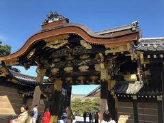 京阪伏見より京阪三条、地下鉄三条→二条城へ行く。    二条城の唐門  二の丸御殿への入口となっている唐門は1626年(寛永3年)の後水尾天皇の行幸にあわせて造営されました。  江戸中期の火災の備えで瓦葺にされたが、明治になってふたたび檜皮葺に戻されました。  左右の築地より一層高い絢爛とした唐門となっています。  切妻造の四脚門で、正面と背面に唐破風をつけ、複雑精妙な彫刻と華麗な金  工細工を施しています。