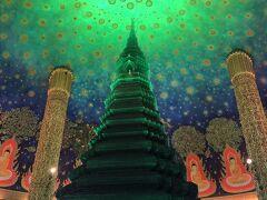 ソンテオを下車し、オバサンの案内でワットパークナムへ。 「ここよ!」と言われて入った場所は本堂で沢山の方が白装束で 参拝されていました。  お目当ての仏塔は本堂とは別の建物なので係りの方に教えてもらい移動。 5階まで階段で上がります。 おぉーこれだよ!!ガイドブックやインスタ見た仏塔 本当、幻想的な空間。 どんな角度からでも、誰が撮っても素敵に写る仏塔 最後に来られて大満足。  BTSタラート・プルー駅へ着くと「今日はフリーだよ」と切符を手渡られた。 これで、意味が分からなかったことが解決。 この日、私が利用したBTS、MRT、エアポートレイルリンクはすべてフリーだった。  一度、ホテルへ戻りチェックアウト。荷物を預かり、BTSチットロム駅へ。