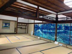 テーマ「舟出」  京都市立芸術大学を卒業、染色作家として活躍する鳥羽美花氏が、開山栄西  禅師八百年大遠諱事業として、襖絵16面に日本古来の「型染」技法を用いて  染め上げました。小書院にある「舟出」は青を基調に静かな湖を浮き立た  せ、独自の世界を表現しています。裏面に描かれた。
