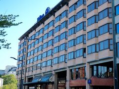 ホテルはハカニエミにあるヒルトンヘルシンキストランド すぐ近くにハカニエミの地下鉄駅やトラムの停留所があるし ハカニエミマーケットもスーパーもキオスクもすぐ近くにあって便利です
