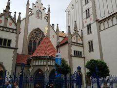 シナゴーグ。ユダヤ教会です。 両側の別のビルの壁にまで教会の絵を書いてあるのにはビックリ!