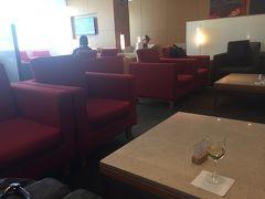 久しぶりのキャセイ成田ラウンジで、同行者と集合。 13時前に到着した時は混んでいましたが、 14時過ぎくらいに空いてきました。 同行者より、1時間以上早く到着したので、飲むしかありませぬ。。  スマホレンズが汚れていたのか、今回ボケボケの写真ばかりとなってしまいました・泣